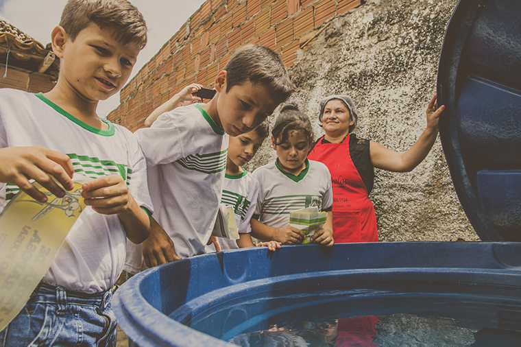 Children from Campina Grande, state of Paraíba, visiting a house next to their school as part of the UNICEF Municipal Seal of Approval's campaign against Aedes aegypti in 2016.