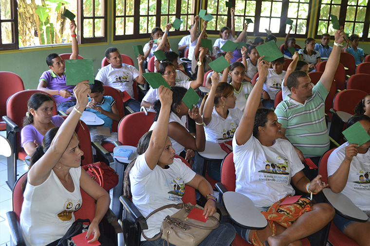 Participants in a community forum in the municipality of Marechal Thaumaturgo in Acre state evaluate local public policies related to the UNICEF Municipal Seal of Approval.