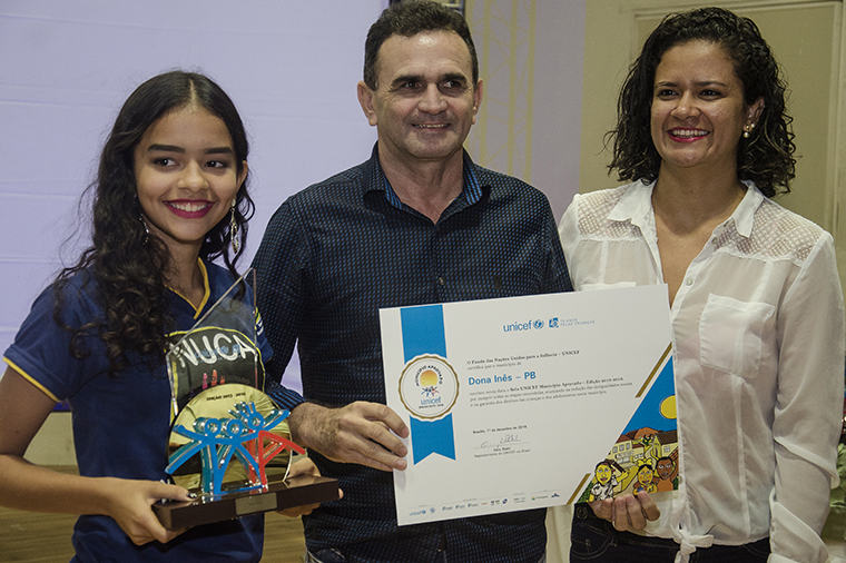 Adolescent from NUCA, the mayor and Seal coordinator from Dona Inês, state of Paraíba, receiving trophy the certificate of UNICEF Municipal Seal of Approval, in Dec, 2016.